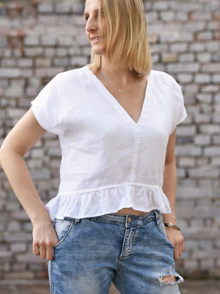 biała koszulka z falbana