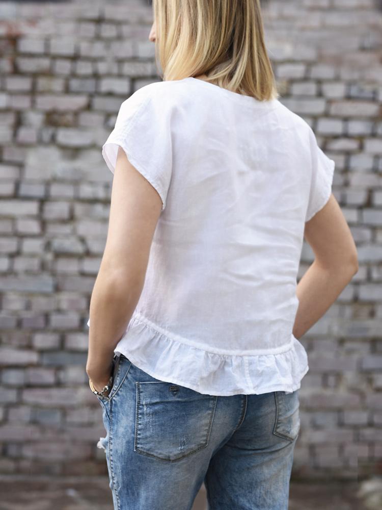 biała lniana koszulka z falbana